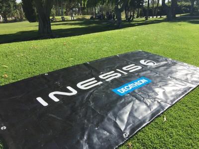 Lona del logotipo de Inesis Decathlon en el campo de Golf